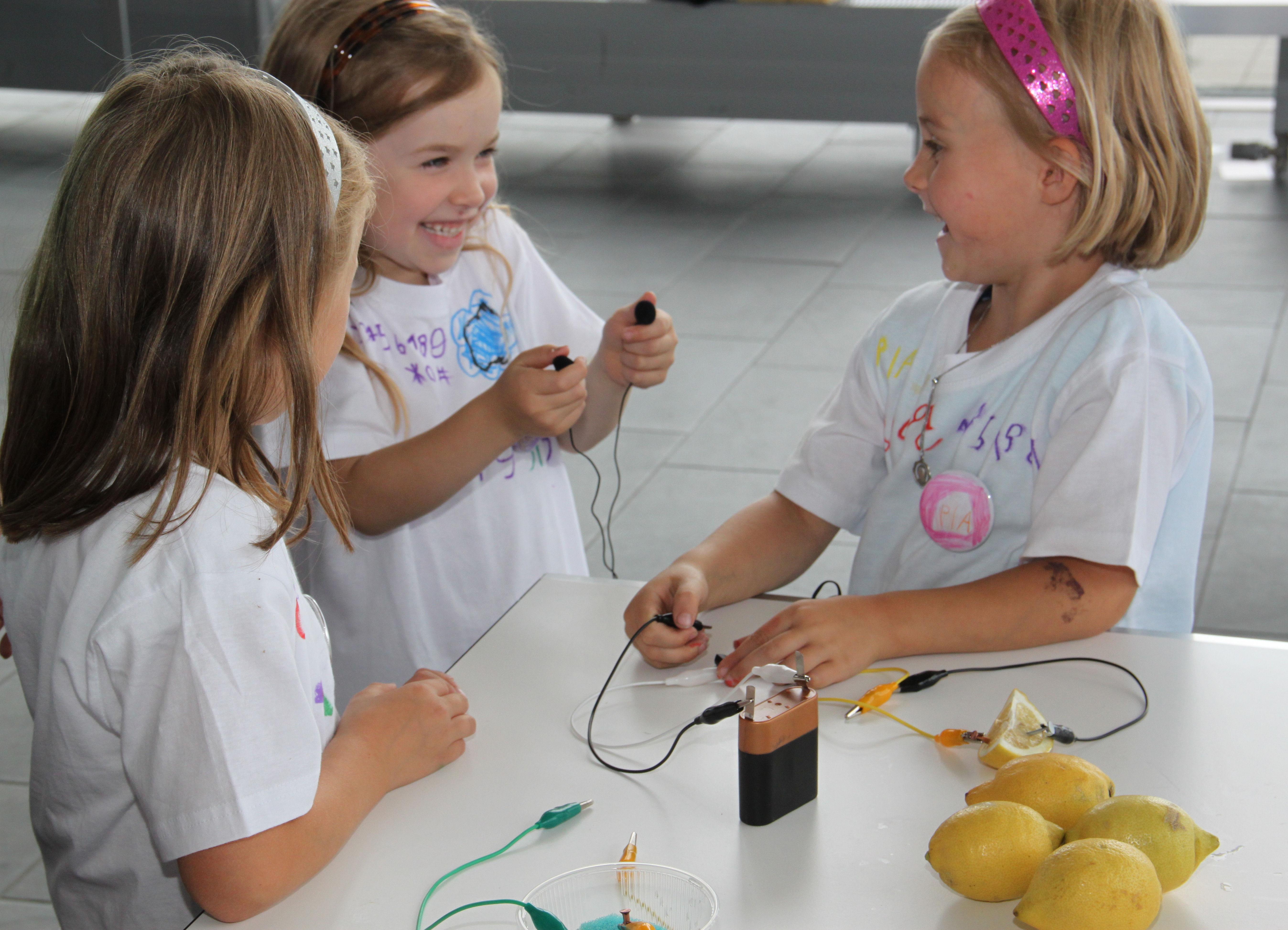 Feiern Forschen Familie Beim Sommerfest Von Infineon